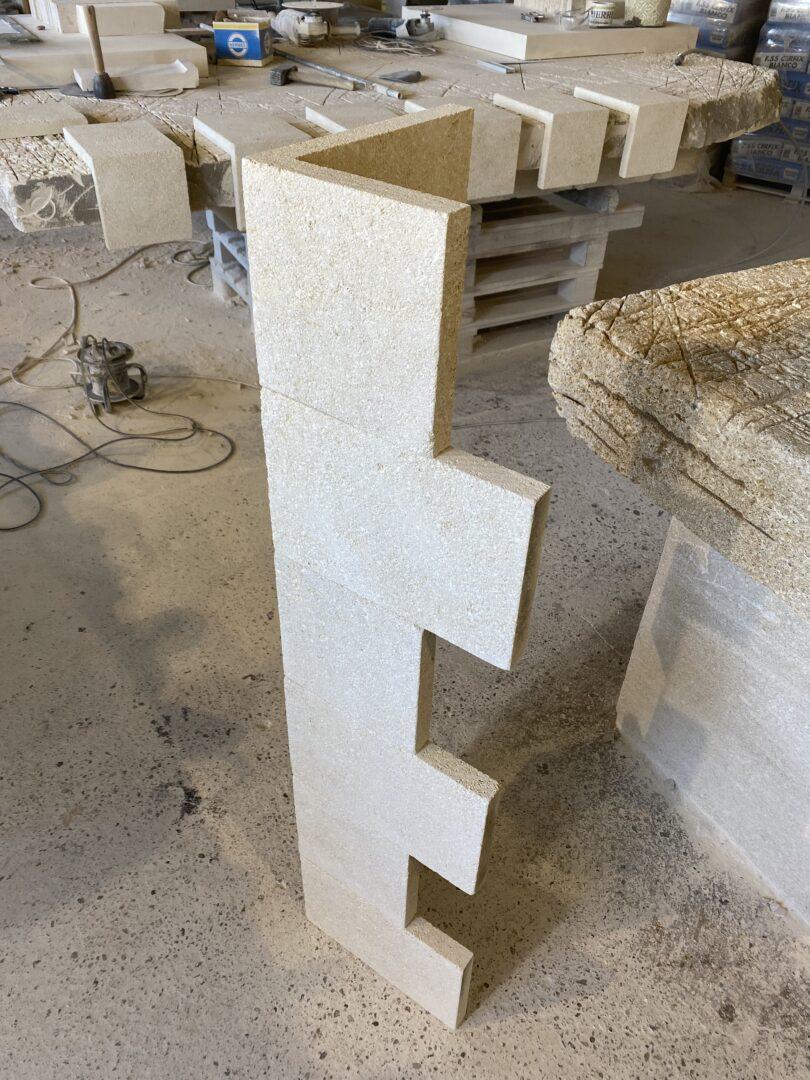 Chaîne d'angle ou encadrement de baie, fenêtre en pierre naturelle évidée en L