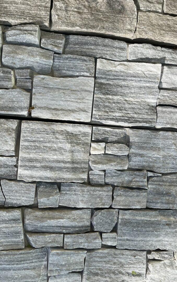 Parement cloudy pierre naturelle en Z sur support ciment