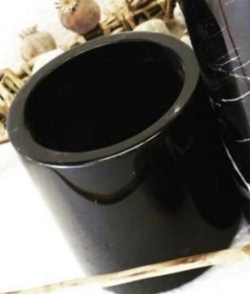 Petit vase en marbre noir